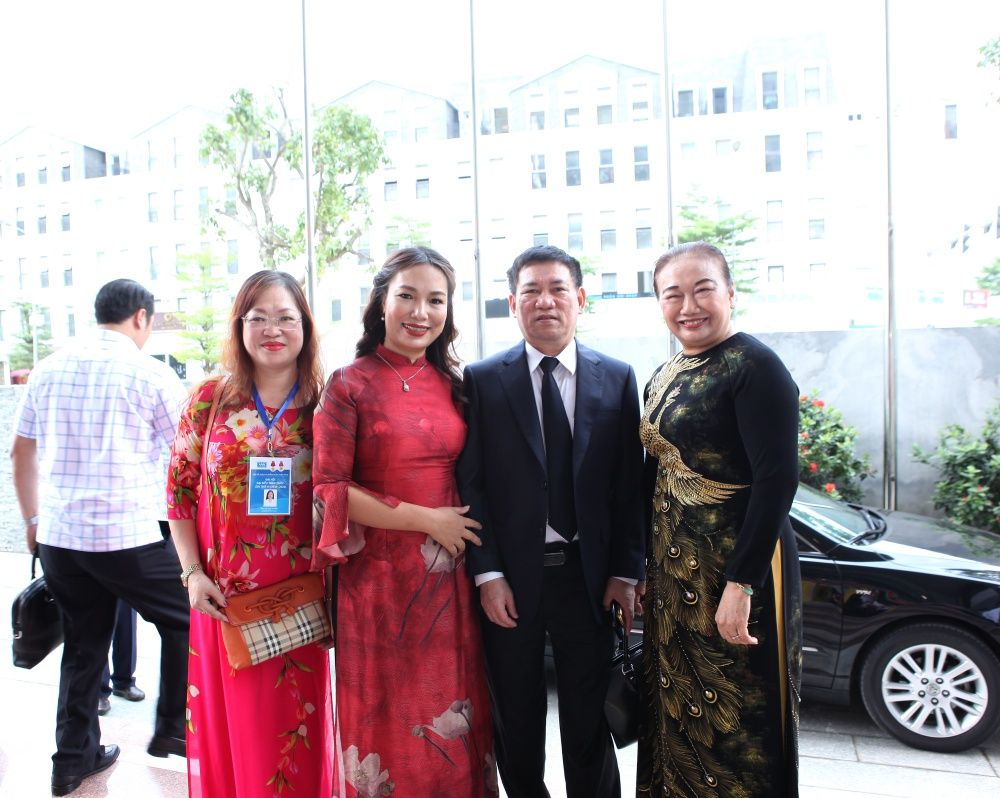 Ông Hồ Đức Phớc-Tổng kiểm toán nhà nước và Bà Nguyễn Thị Cúc- Chủ tịch Hội tư vấn thuế Việt Nam chúc mừng thành tích MISA