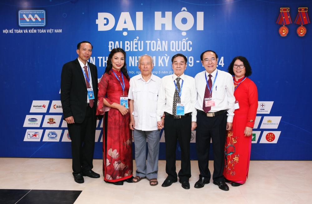 TGĐ Đinh Thị Thúy chụp ảnh lưu niệm cùng với ông Hồ Tế nguyên Bộ trưởng Tài chính Việt Nam