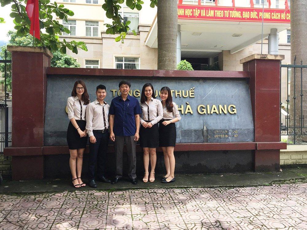 hó Cục trưởng phụ trách Cục thuế tỉnh Hà Giang chụp ảnh kỷ niệm cùng Đoàn MISA sau hội nghị