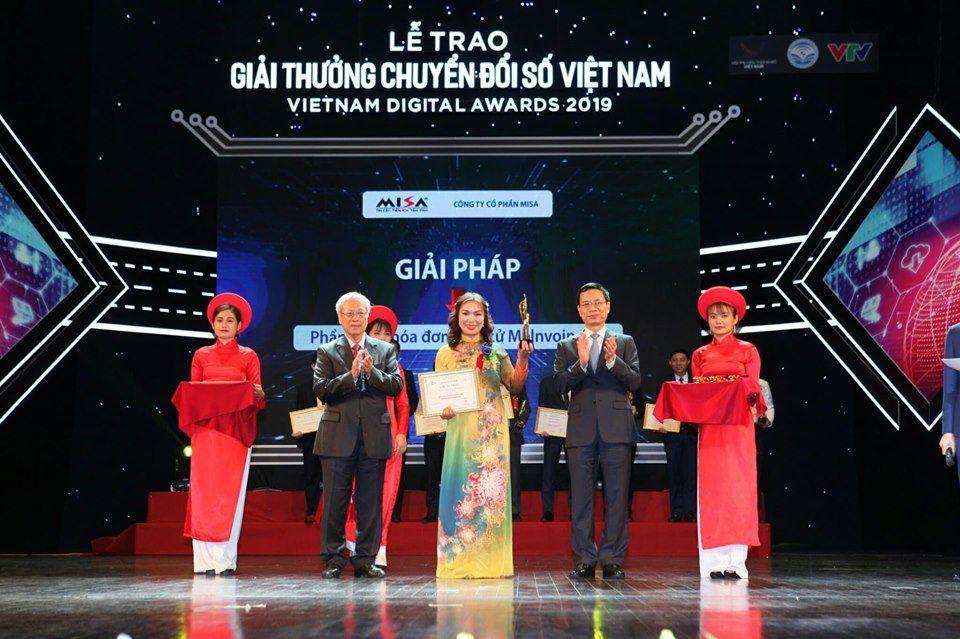 đại diện MISA nhận giải thưởng chuyển đổi số cho Phần mềm hóa đơn điện tử MISA meInvoice